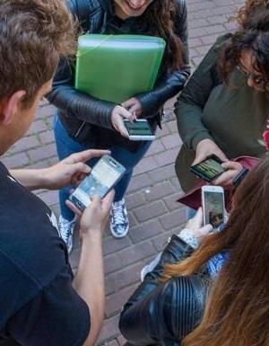 jóvenes tecleando en móvil